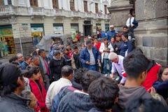 QUITO, EKWADOR LISTOPAD, 28, 2017: Tłum ludzie chodzi przy dziejowym centrum stary grodzki Quito w północnym Ekwador wewnątrz Fotografia Royalty Free