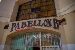 QUITO EKWADOR, LISTOPAD, - 23, 2016: Wchodzić do widok stary opustoszały niewygładzony budynek, w starym więźniarskim Karnym Garc Obrazy Stock