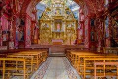 QUITO EKWADOR, LISTOPAD, - 23, 2016: Wnętrze kościół Santo Domingo z krzesłami, duchowi wizerunki Zdjęcia Stock