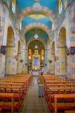 QUITO EKWADOR, LISTOPAD, - 23, 2016: Wnętrze San Roque kościół z krzesłami, duchowi wizerunki Zdjęcie Royalty Free