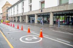 QUITO, EKWADOR LISTOPAD, 28, 2017: Zakończenie pomarańcze up konusuje w dziejowym centrum stary grodzki Quito w północnym, Fotografia Royalty Free