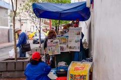QUITO, EKWADOR LISTOPAD, 28, 2017: Zakończenie up gazeta w jawnym sklepie cukierki i jedzenie przy dziejowym centrum Zdjęcia Stock