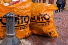 QUITO, EKWADOR LISTOPAD, 28, 2017: Zamyka up dwa torba na śmiecie acomodated blisko do kruszcowej struktury przy dziejowym Obrazy Royalty Free