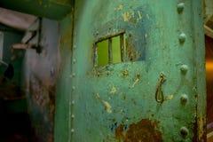 QUITO EKWADOR, LISTOPAD, - 23, 2016: Zamyka up stary rdzewiejący kruszcowy drzwi w starym więźniarskim Karnym Garcia Moreno w, Zdjęcie Stock