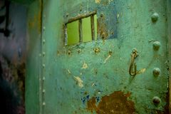 QUITO EKWADOR, LISTOPAD, - 23, 2016: Zamyka up stary rdzewiejący kruszcowy drzwi w starym więźniarskim Karnym Garcia Moreno w, Obraz Stock