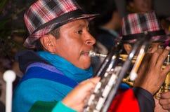 Quito Ekwador, Luty, - 02, 2016: Niezidentyfikowany mężczyzna bawić się jego instrument podczas popularnych grodzkich świętowań Fotografia Royalty Free