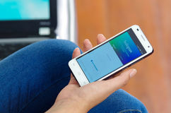 Quito Ekwador, Maj, - 09, 2017: Kobieta z nowożytnym telefonem komórkowym w ręki nazwy użytkownika ekranu instagram ikonach na Ja Obrazy Stock