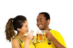 QUITO EKWADOR, MAJ, - 06, 2017: Młoda ecuadorian para jest ubranym oficjalną Maratońską futbolową koszulową trwanie okładzinową k Zdjęcie Stock