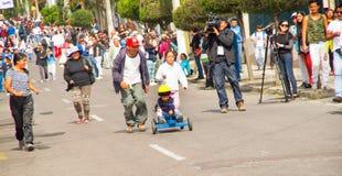 Quito Ekwador, Maj, - 06, 2017: Niezidentyfikowana chłopiec ściga się drewnianego samochód w miastowej drodze wśrodku ulic Zdjęcia Royalty Free