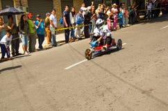 Quito Ekwador, Maj, - 06, 2017: Niezidentyfikowana chłopiec ściga się drewnianego samochód w miastowej drodze wśrodku ulic miasto Obrazy Royalty Free
