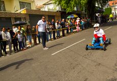 Quito Ekwador, Maj, - 06, 2017: Niezidentyfikowana chłopiec ściga się drewnianego samochód w miastowej drodze wśrodku ulic miasto Obraz Stock