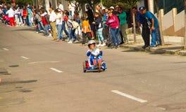 Quito Ekwador, Maj, - 06, 2017: Niezidentyfikowana chłopiec ściga się drewnianego samochód w ulicach miasto Quito Obrazy Royalty Free