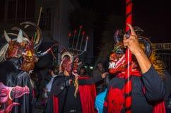 Quito Ekwador, Maj, - 27, 2015: Niezidentyfikowana grupa ludzi ubierał up jako diabeł w diablada używać Trident wewnątrz Zdjęcia Royalty Free