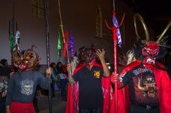 Quito Ekwador, Maj, - 27, 2015: Niezidentyfikowana grupa ludzi ubierał up jako diabeł w diablada używać Trident wewnątrz Zdjęcia Stock
