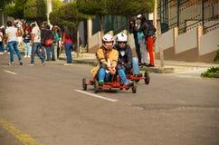 Quito Ekwador, Maj, - 06, 2017: Niezidentyfikowana para ściga się na drewnianym samochodzie w miastowej drodze Obrazy Royalty Free