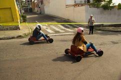 Quito Ekwador, Maj, - 06, 2017: Niezidentyfikowana para ściga się na drewnianym samochodzie w miastowej drodze wśrodku ulic miast Zdjęcia Royalty Free