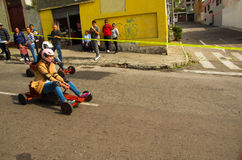 Quito Ekwador, Maj, - 06, 2017: Niezidentyfikowana para ściga się na drewnianym samochodzie w miastowej drodze wśrodku ulic miast Obraz Royalty Free