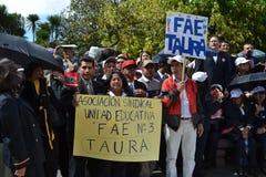 QUITO EKWADOR, MAJ, - 07, 2017: Niezidentyfikowani ludzie protestują dostawać przyzwoicie pracę z desygnatem obok i nie kontrakte Fotografia Royalty Free