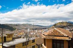 QUITO EKWADOR, MAJ, - 06 2016: Odgórny widok kolonialny miasteczko z niektóre kolonistów domami lokalizować w mieście Quito Obraz Stock