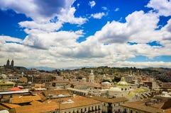 QUITO EKWADOR, MAJ, - 06 2016: Odgórny widok kolonialny miasteczko z niektóre kolonistów domami lokalizować w mieście Quito Zdjęcie Royalty Free