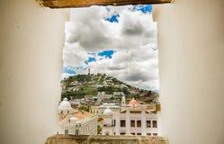 QUITO EKWADOR, MAJ, - 06 2016: Odgórny widok kolonialny miasteczko z niektóre kolonistów domami lokalizować w mieście Quito Zdjęcia Royalty Free