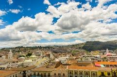 QUITO EKWADOR, MAJ, - 06 2016: Odgórny widok kolonialny miasteczko z niektóre kolonistów domami lokalizować w mieście Quito Obrazy Stock