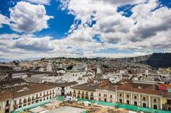 QUITO EKWADOR, MAJ, - 06 2016: Odgórny widok kolonialny miasteczko z niektóre kolonistów domami lokalizować w mieście Quito Obrazy Royalty Free