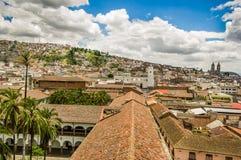 QUITO EKWADOR, MAJ, - 06 2016: Odgórny widok kolonialny miasteczko z niektóre kolonistów domami lokalizować w mieście Quito Obraz Royalty Free