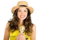 QUITO EKWADOR, MAJ, - 06, 2017: Piękna młoda ecuadorian dziewczyna jest ubranym oficjalnego Maratońskiego futbolowego koszulowego Obraz Royalty Free
