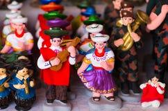 QUITO, EKWADOR 07 MAJ, 2017: Piękne małe postacie andyjscy ludzie robić glina nad białym stołem Zdjęcia Royalty Free