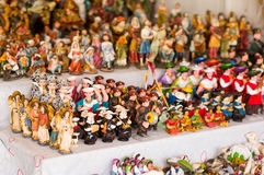 QUITO, EKWADOR 07 MAJ, 2017: Piękne małe postacie robić glina nad białym stołem Fotografia Royalty Free