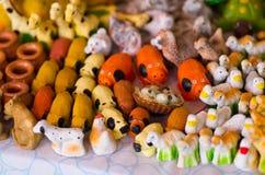 QUITO, EKWADOR 07 MAJ, 2017: Piękne małe postacie zwierzęta gospodarskie robić glina nad białym stołem Zdjęcie Royalty Free
