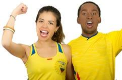 QUITO EKWADOR, MAJ, - 06, 2017: Zakończenie up młoda ecuadorian para jest ubranym oficjalną Maratońską futbolową koszulową pozycj Fotografia Royalty Free