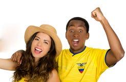 QUITO EKWADOR, MAJ, - 06, 2017: Zakończenie up młoda ecuadorian para jest ubranym oficjalną Maratońską futbolową koszulową pozycj Obrazy Royalty Free