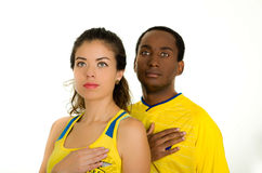 QUITO EKWADOR, MAJ, - 06, 2017: Zakończenie up młoda ecuadorian para jest ubranym oficjalną Maratońską futbolową koszulową pozycj Zdjęcia Royalty Free