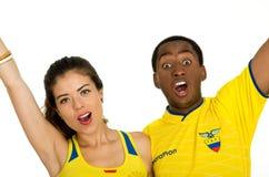 QUITO EKWADOR, MAJ, - 06, 2017: Zakończenie up młoda ecuadorian para jest ubranym oficjalną Maratońską futbolową koszulową pozycj Fotografia Stock
