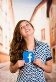 Quito Ekwador, Marzec, - 11, 2016: Kobieta trzyma majcheru facebook ikonę z oba rękami Wielki i popularny socjalny Zdjęcie Stock