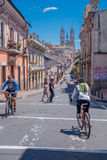 QUITO, EKWADOR - MARZO 23, 2015: Troszkę pojawiać się w trasie ten niezidentyfikowany cycler wzgórze, słoneczny dzień robić sport Obraz Stock