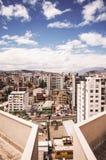 QUITO, EKWADOR MAY 07, 2017: Piękny widok od nowożytnej części miesza nową architekturę z powabnymi ulicami Quito Zdjęcia Royalty Free