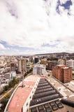 QUITO, EKWADOR MAY 07, 2017: Piękny widok od nowożytnej części miesza nową architekturę z powabnymi ulicami Quito Obraz Stock