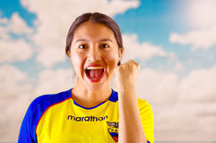QUITO, EKWADOR -8 PAŹDZIERNIK, 2016: Młoda ecuadorian kobieta jest ubranym oficjalną Maratońską futbolową koszulową trwanie okład Fotografia Royalty Free