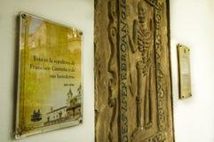 QUITO EKWADOR, PAŹDZIERNIK, - 23, 2017: Zakończenie up rzeźbiąca rama nad ścianą przy wnętrzem klasztor i kościół Obrazy Stock