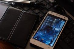 QUITO EKWADOR, SIERPIEŃ, - 3, 2015: Biały smartphone Obrazy Stock
