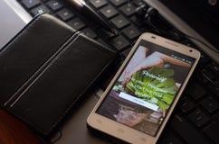 QUITO EKWADOR, SIERPIEŃ, - 3, 2015: Biały smartphone Fotografia Stock