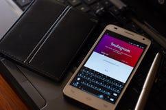 QUITO EKWADOR, SIERPIEŃ, - 3, 2015: Biały smartphone Zdjęcie Royalty Free