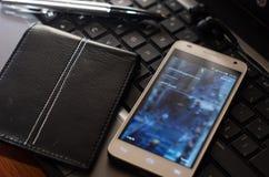 QUITO EKWADOR, SIERPIEŃ, - 3, 2015: Biały smartphone Zdjęcie Stock