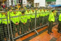 Quito Ekwador, Sierpień, - 27, 2015: Policjanci za metalem fechtują się barrricade oczekuje rozkazy podczas masowych demonstracj Obrazy Stock