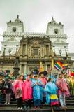 Quito Ekwador, Sierpień, - 27, 2015: Wielki tłum zbierający dla antego rzędu protestuje na miasto kwadracie Zdjęcie Royalty Free