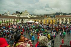 Quito Ekwador, Sierpień, - 27, 2015: Wielki tłum zbierający dla antego rzędu protestuje na miasto kwadracie Obraz Stock