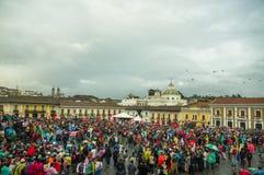 Quito Ekwador, Sierpień, - 27, 2015: Wielki tłum zbierający dla antego rzędu protestuje na miasto kwadracie Obrazy Stock